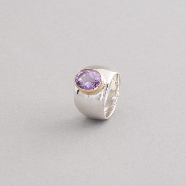 ring aus silber mit amethyst gefasst in 18 karat gold botho nickel. Black Bedroom Furniture Sets. Home Design Ideas
