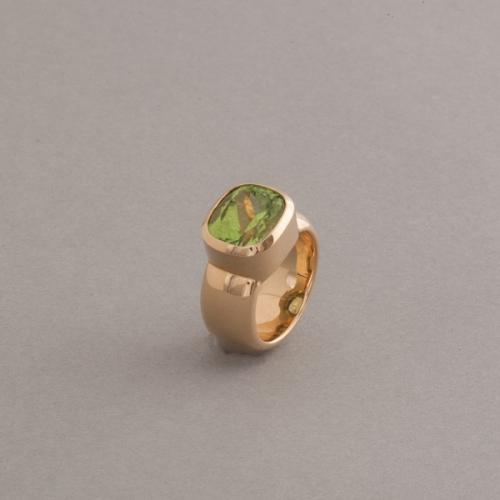 Ring aus 18 Karat Gold mit Periidot