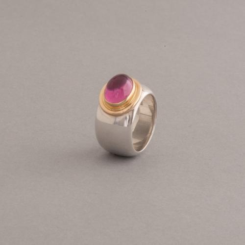 Ring aus Silbe mit Rubellit im Cabochonschliff