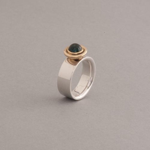 Ring aus Silber mit Turmalin im Cabochonschliff