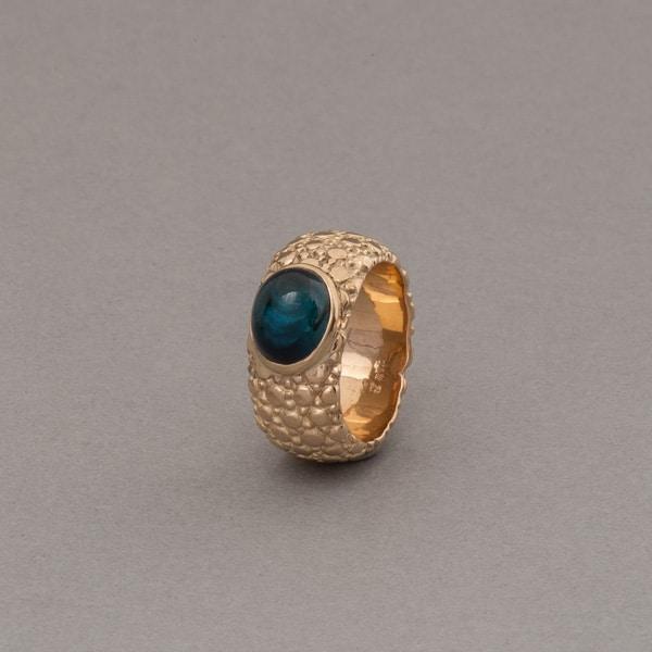 Ring aus 18 Karat Gold mit Indigolith