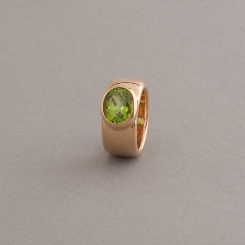 Ring 18 Karat Gold mt Peridot oval