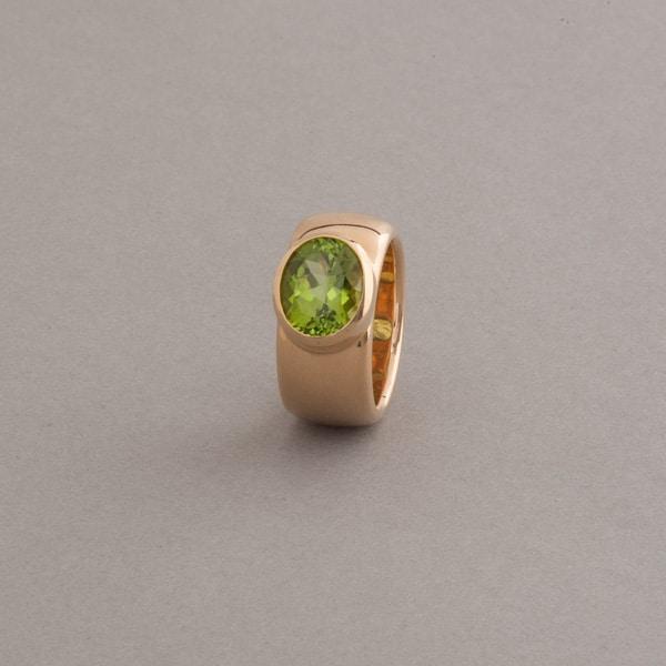 Ring 18 Karat Gold mt Peridot oval