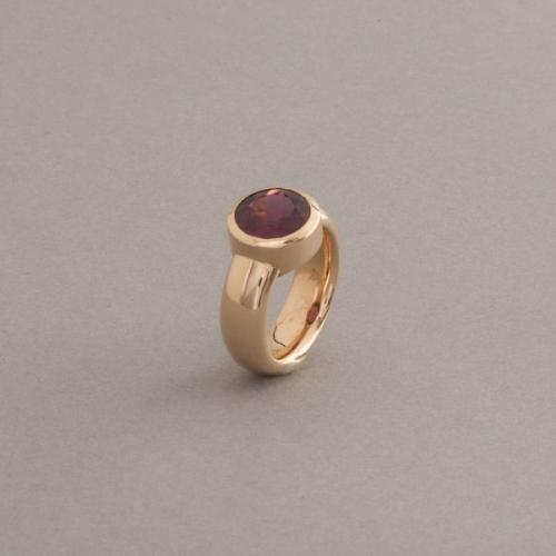 Ring aus 18 Karat Gold mit Rhodolith