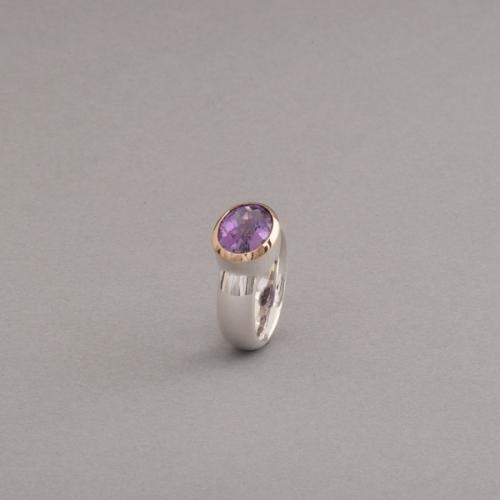 Ring aus Silber mit Amethyst , Fassung aus 18 Karat Gold, Botho Nickel Schmuck Hamburg, Juwelier, Goldschmiede und Gemmologe