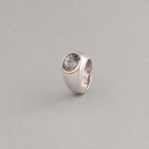 Ring aus Silber mit Prasiolith oval facettiert , Fassung aus 18 Karat Gold, Botho Nickel Hamburg