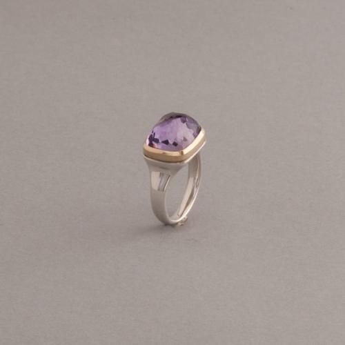 Ring aus Silber mit Amethyst Cabochon Facettiet