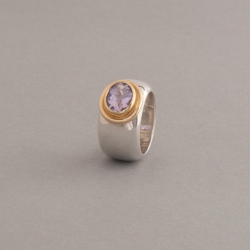 Ring mit Amethyst oval