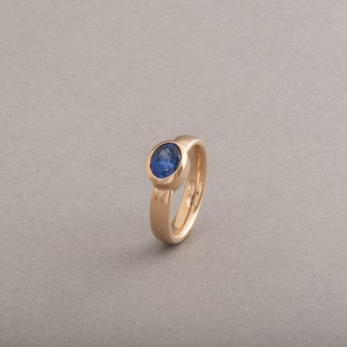 Ring aus 18 Karat Gold mit Saphir