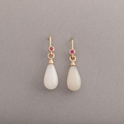 Ohrringe aus 18 Karat Gold mit weissen Mondsteinen und Rubinen