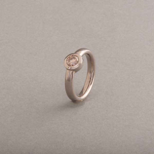 Ring aus 18 Karat Weissgold mit zimtfarbenen Brillant