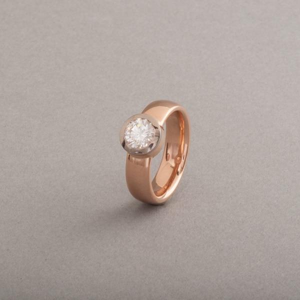 Ring aus 18 Karat Rosegold mit Brillant Lupenrein