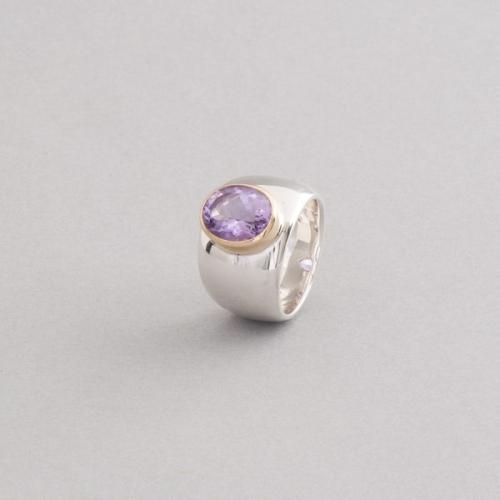 Ring aus Silber mit Amethyst gefasst in 18 Karat Gold
