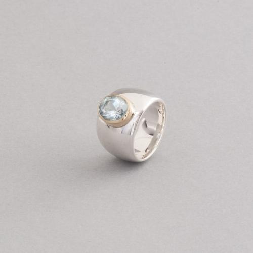 Ring aus Silber mit Aquamarin gefasst in 18 Karat Gold