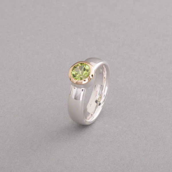 Ring aus Silber mit Peridot rund facettiert, Fassung 18 Karat Gold , Botho Nicke Schmuck Hamburg