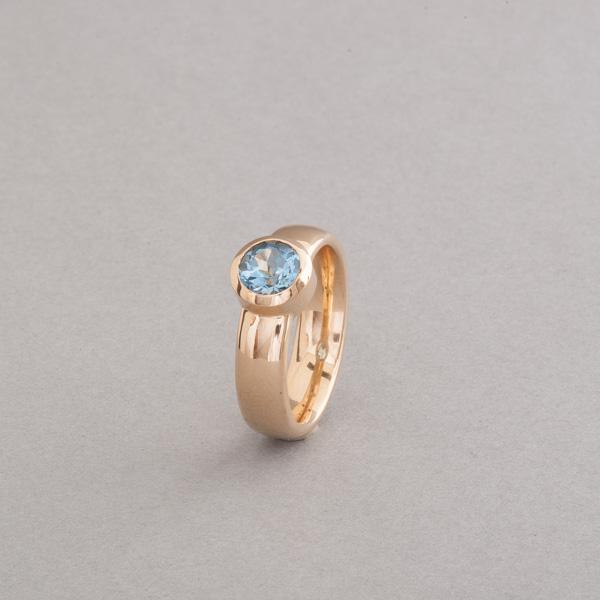 Ring aus 18 Karat Gold mit Aquamarin rund facettiert, Botho Nickel Schmuck Hamburg