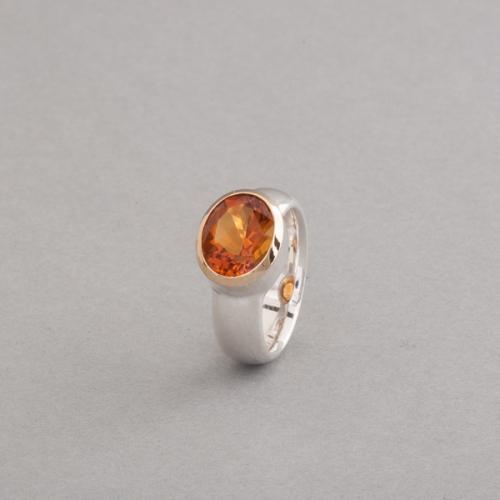 Ring aus Silber mit Citrin oval facettiert, gefasst in 18 Karat Gold, Botho Nickel Schmuck Hamburg