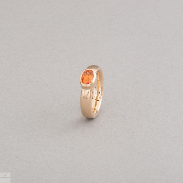 Ring aus 18 Karat Gold mit Mandarin Granat oval facettiert, Botho Nickel Schmuck Hamburg