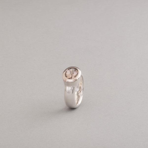 Ring aus Silber mit einem Rauchquarz im Buff Top Schliff, Fassung aus 18 Karat Weißgold, Juwelier und Goldschmiede Botho Nickel Schmuck Hamburg