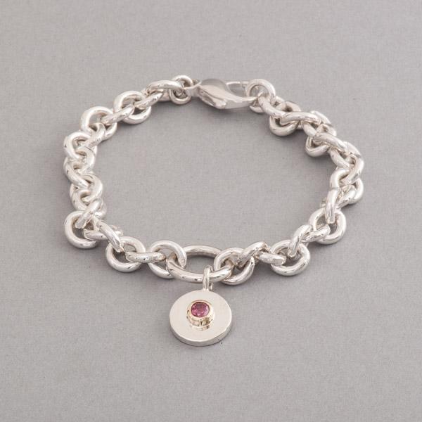 Armband aus Silber mit einem Gravurplättchen mit Rhodolith Fassung aus 18 Karat Gold, Juwelier und Goldschmiede Botho Nickel Schmuck Hamburg