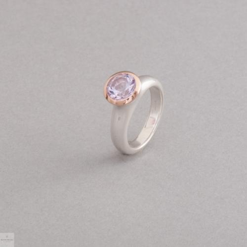 Ring aus Silber mit Amethyst, Fassung aus 18 Karat Gold, Juwelier und Goldschmiede Botho Nickel Schmuck Hamburg