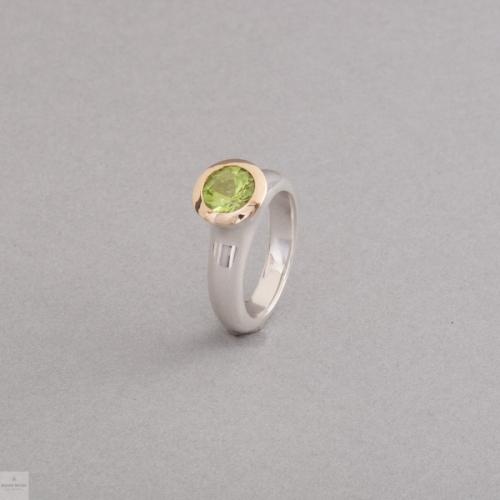 Ring aus Silber mit Peridot , Fassung aus 18 Karat Gold, Juwelier und Goldschmiede Botho Nickel Schmuck Hamburg
