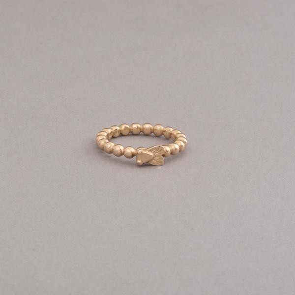 Kugelring aus 18 Karat Gold mit Fliege, Botho Nickel Schmuck, Juwelier, Goldschmiede und Gemmolgoe