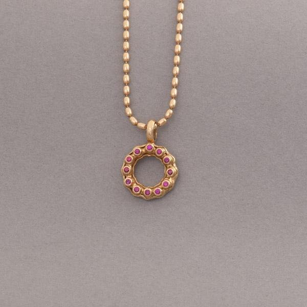 Kette aus 18 Karat Gold mit 12 Rubinen , Botho Nickel Schmuck Hamburg Juwelier und Goldschmiede Gemmologe und Diamantgutachter Hamburg