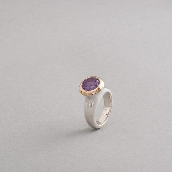 Ring aus Silber mit Amethyst, Fassung aus 750/000 Gold, Botho Nickel Schmuck Hamburg, Juwelier und Goldschmied, Gemmologe und Diamantgutachter
