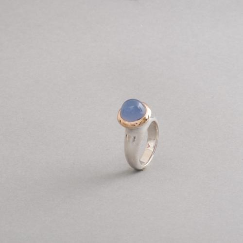 Ring aus Silber mit Chalcedon, Fassung aus 750/000 Gold, Botho Nickel Schmuck Hamburg, Juwelier und Goldschmied, Gemmologe und Diamantgutachter