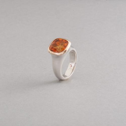 Ring aus Silber mit Citrin, Fassung aus 750/000 Gold, Botho Nickel Schmuck Hamburg, Juwelier und Goldschmied, Gemmologe und Diamantgutachter