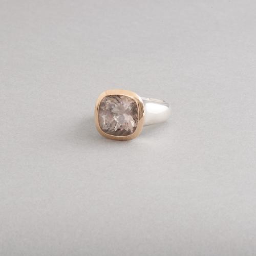 Ring aus Silber mit Rauchquarz, Fassung aus 750/000 Gold, Botho Nickel Schmuck Hamburg, Juwelier und Goldschmied, Gemmologe und Diamantgutachter