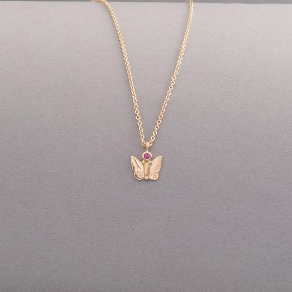 Kette aus Gold mit Schmetterling und Rubin, Botho Nickel Schmuck Juwelier, Goldschmiede, Gemmologe und Diamantgutachter