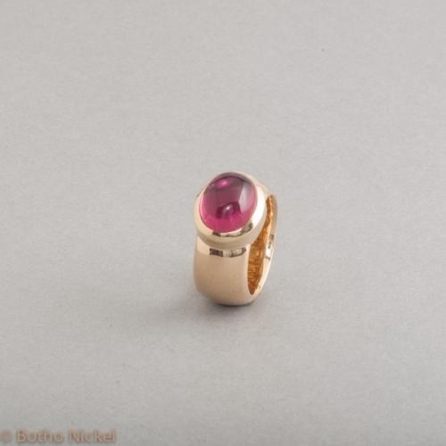 Ring aus 18 Karat Gold mit Rubellit Cabochon Edelstein, Goldschmiede Botho Nickel Schmuck Hamburg, Juwelier, Goldschmiede, Gemmologe und Diamantgutachter