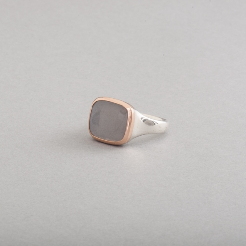 Ring aus Silber mit Mondstein und Fassung aus 18 Karat Roségold, Botho Nickel Schmuck Hamburg Juwelier, Goldschmiede, Gemmologe und Diamantgutachter