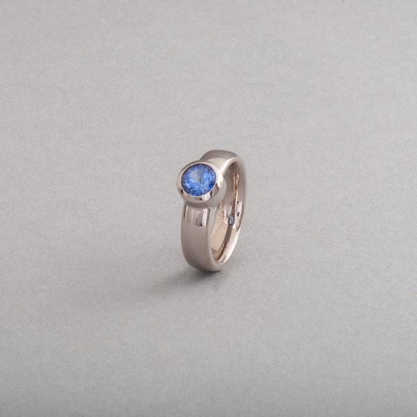Ring aus 18 Karat Weißgold mit Tansanit rund facettiert, Botho Nickel Schmuck, Juwelier, Goldschmied, Gemmologe und Diamantgutachter