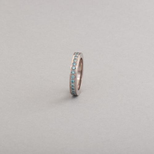 Ring aus 18 Karat Weissgold mit blauen behandelten Brillanten, Botho Nickel Schmuck Hamburg Juwelier, Goldschmiede, Diamantgutachter und Gemmologe