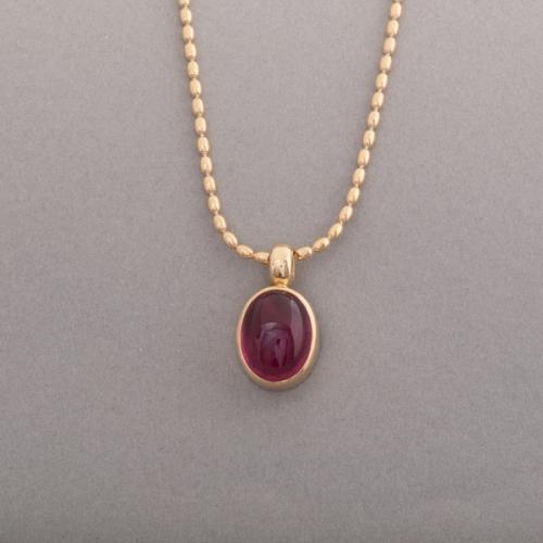 Kette aus 18 Karat Gold mit Rubellit Cabochon, Botho Nickel Schmuck Hamburg Juwelier, Goldschmiede, Gemmologe und Diamantgutachter