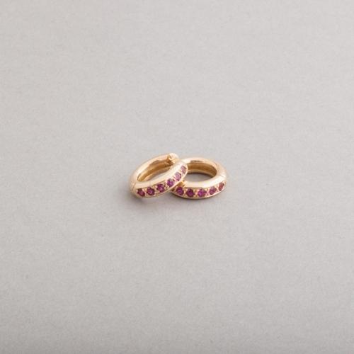 Kreolen aus 18 Karat Gold mit Rubinen, Botho Nickel Schmuck, Juwelier, Goldschmiede, Gemmologe und Diamantgutachter