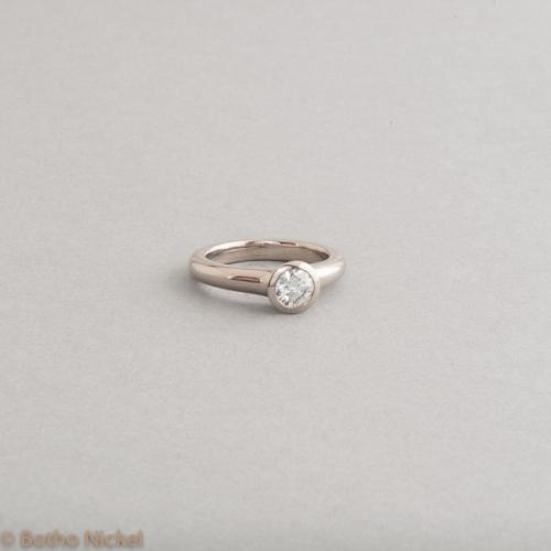 Ring aus 18 Karat Weissgold mit Brillant, Goldschmiede Botho Nickel Schmuck Hamburg, Juwelier, Goldschmiede, Gemmologe und Diamantgutachter