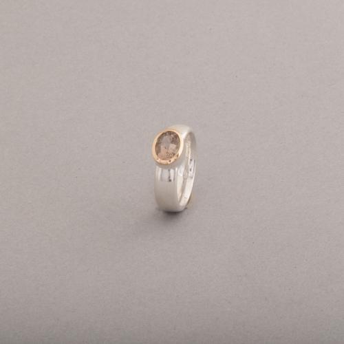 Ring aus Silber mit Rauchquarz, Fassung aus 18 Karat Gold, Botho Nickel Schmuck Hamburg Juwelier, Goldschmiede, Gemmologe und Diamantgutachter
