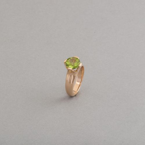 Ring aus 18 Karat Gold mit Peridot in einer Krappenfassung, Botho Nickel Schmuck Hamburg Juwelier, Goldschmied, Gemmologe und Diamantgutachter.