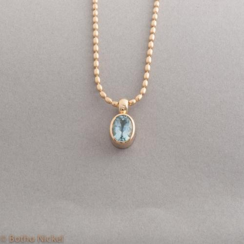 Kette aus 18 Karat Gold mit einem ovalen Aquamarin, Botho Nickel Schmuck Hamburg, Juwelier, Goldschmied, Gemmologe und Diamantgutachter