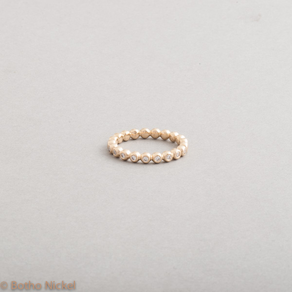 Kugelring aus 18 Karat Gelbgold mit Brillanten, Botho Nickel Schmuck Hamburg Juwelier, Goldschmiede, Diamantgutachter und Gemmologe