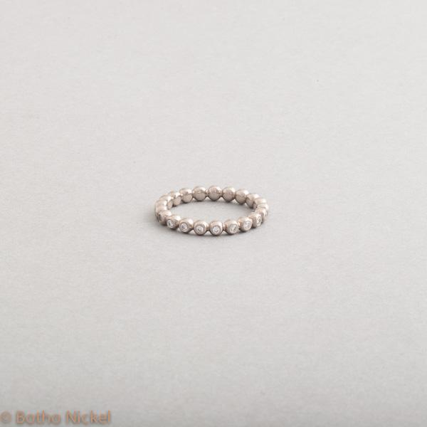 Kugelring aus 18 Karat Weissgold mit Brillanten, Botho Nickel Schmuck Hamburg Juwelier, Goldschmiede, Diamantgutachter und Gemmologe