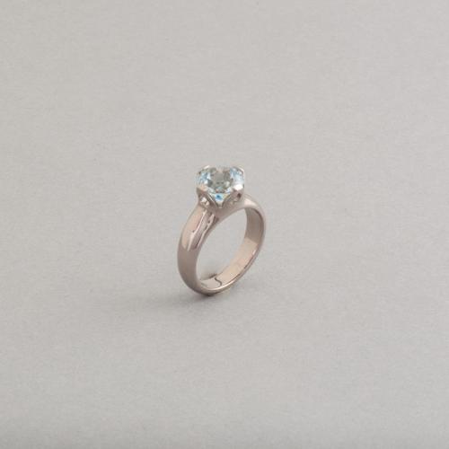 Ring aus 18 Karat Weissgold mit Aquamarin in einer Krappenfassung, Botho Nickel Schmuck Juwelier, Goldschmied, Gemmologe und Diamantgutachter