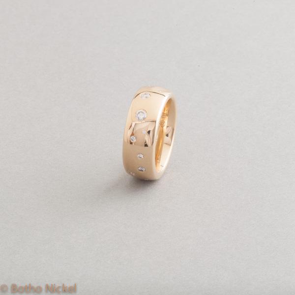 Ring aus 18 Karat Gold mit Brillanten als Sternenhimmel gefasst, Botho Nickel Schmuck Hamburg, Juwelier, Goldschmiede, Gemmologe und Diamantgutachter