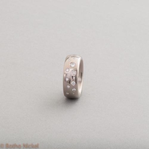 Ring aus 18 Karat Weissgold mit Brillanten im Sternenhimmel gefasst, Botho Nickel Schmuck Hamburg Juwelier,Goldschmiede,Gemmologe und Diamantgutachter