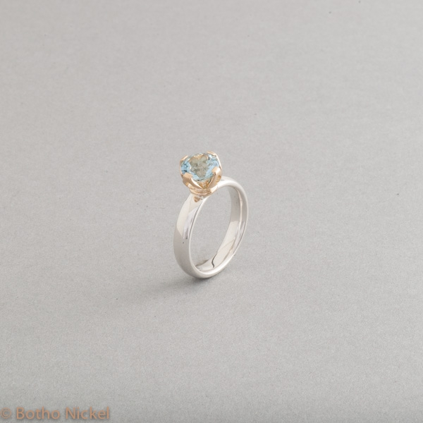 Ring aus Silber mit Aquamarin in einer Krappenfassung aus 18 Karat Gold, Goldschmiede Botho Nickel Hamburg, Juwelier, Goldschmiede, Gemmologe und Diamantgutachter