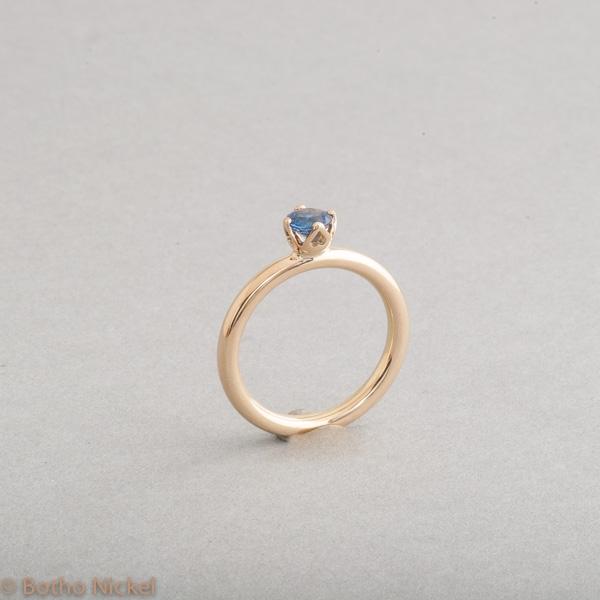Ring aus 18 Karat Gold mit Saphir, Goldschmiede Botho Nickel Schmuck Hamburg, Juwelier, Goldschmiede Gemmologe und Diamantgutachter